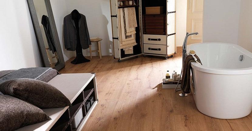 Imagen de un suelo laminado colocado en un baño